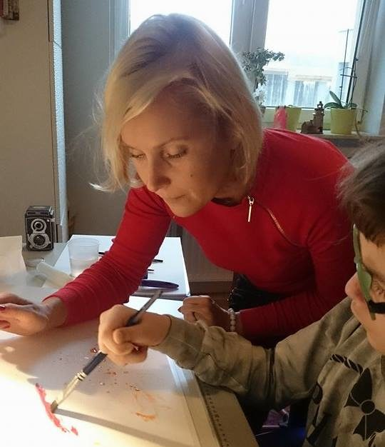 Eliza Różowicz - pomaga malować